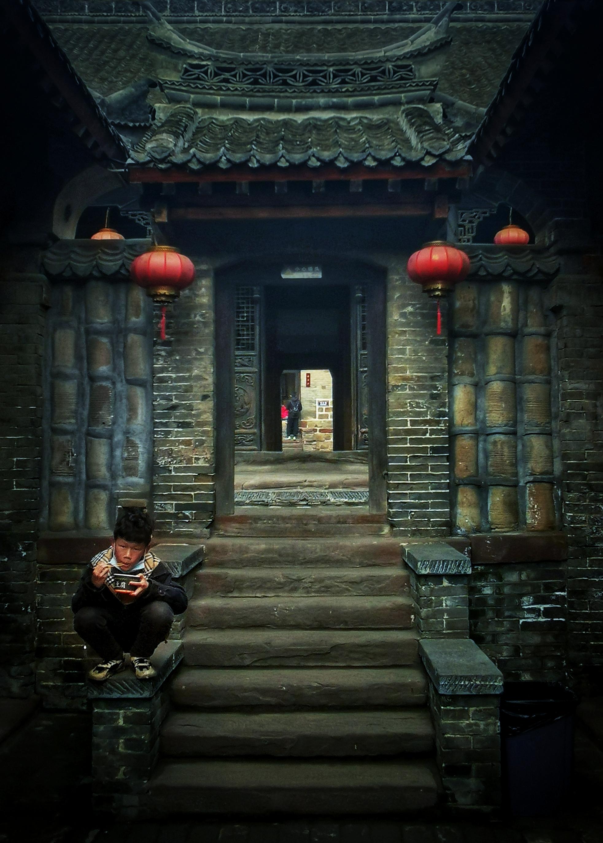 王冀宁 《老宅门前的男孩》 HUAWEI.jpg